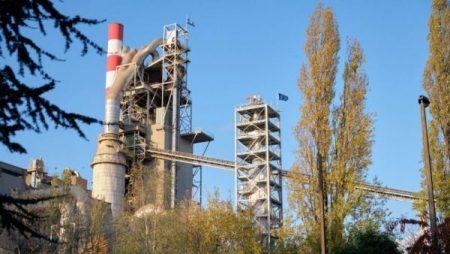 L'usine HeidelbergCement à Lixhe. La tour à droite de l'image représente le réacteur Calix permettant de capter le CO2