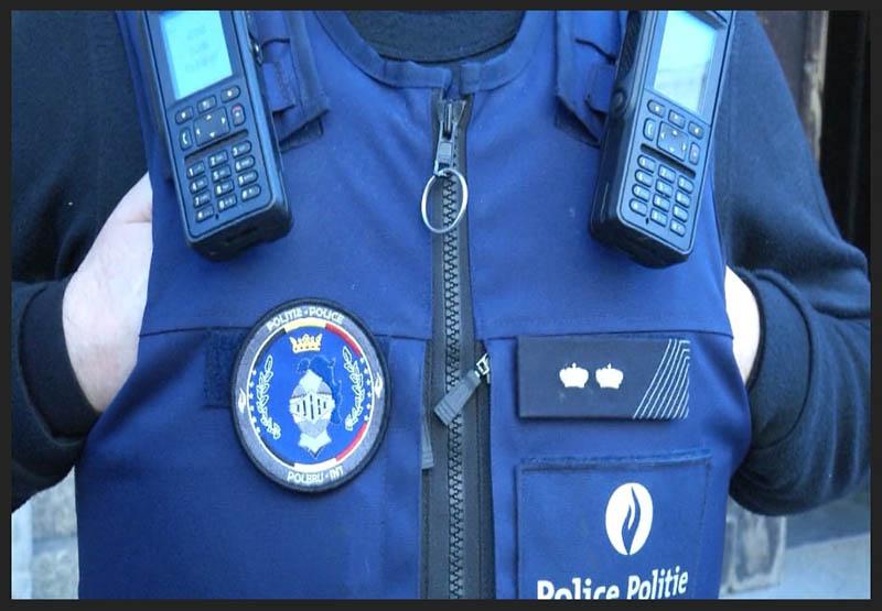 Le buste et le gilet pare-balle d'un agent de police vu de près. Crédit photo: Inès Delpature