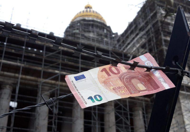 Un billet de 10 euros devant le Palais de justice de Bruxelles