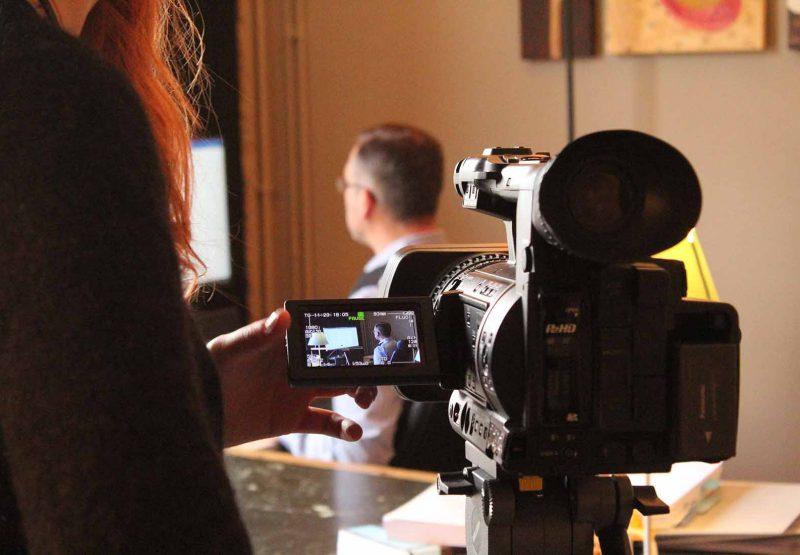 Derrière la caméra, Etienne Wéry, avocat spécialisé en droit numérique. Crédit photo: Inès Delpature