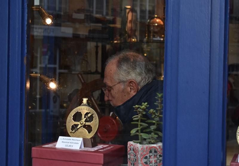 Robert De Geyter dans son magasin d'antiquités marines place de la Vieille Halle aux Blés.