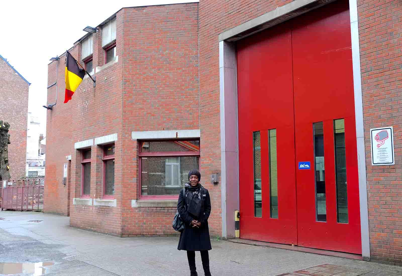 Valérie Zézé devant la prison pour femmes de Berkendael (Belgique)