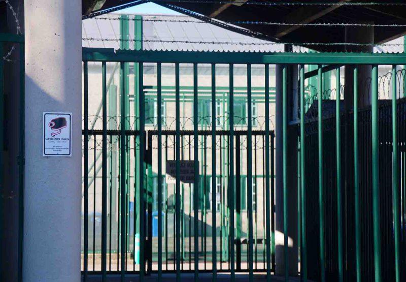 La grille de l'entrée du centre fermé de Vottem, en Belgique. Photo d'Adrien Giraud