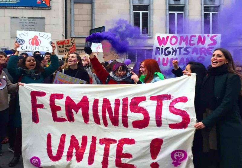 Marche du 8 mars à Bruxelles, pour les droits des femmes. Des manifestantes soulèvent une banderole où il est écrit : Feminists unite !