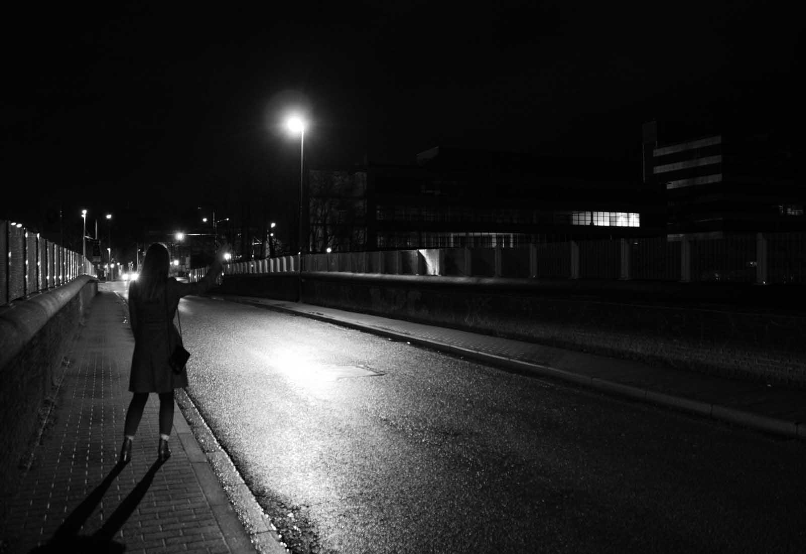 Gabrielle attend un taxi pour rentrer chez elle après une soirée