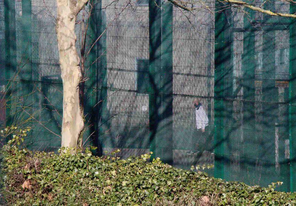 Un détenu jouant au foot dans le centre fermé de Vottem