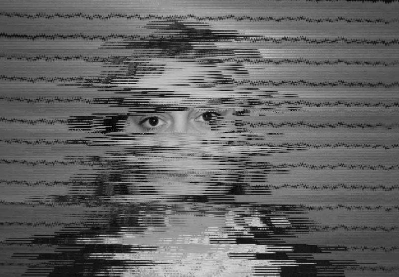 Gabrielle, victime d'agression sexuelle. Son visage est flouté, seul son regard est net. Photo de Margaux Parthonnaud.
