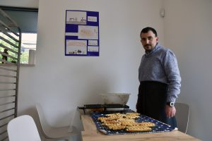 Les membres du centre préparent les produits mis en vente dans la boulangerie.