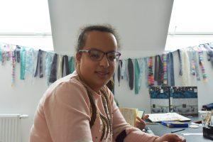 Malika participe à l'atelier créatif du jour.