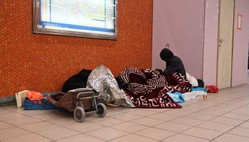 Un groupe de sans-abri abrité dans la station de tram Anneessens. Crédit photo : Manon Dejean