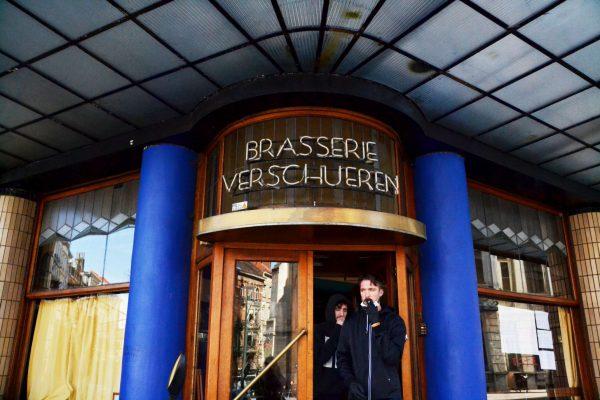La brasserie Verschueren a prévu des livraisons de bières à domicile. Gilles est l'un des livreurs.