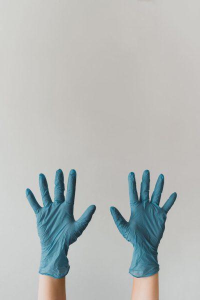 mains avec gants