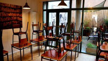 Suite à l'annonce de la phase 2 en Belgique, un restaurant vide au Parvis de Saint-Gilles.