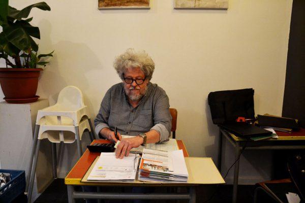Didier Jacquier, gérant du restaurant, fait de la compta pour rentabiliser sa journée.