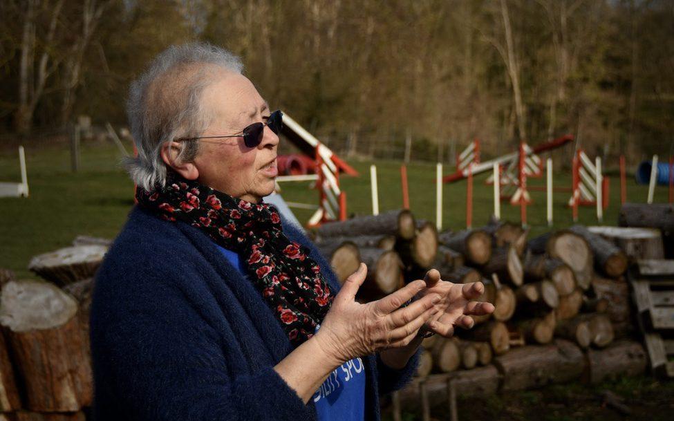 Marie-Paule, dans son jardin aménagé, en pleine explication de l'activité du jour